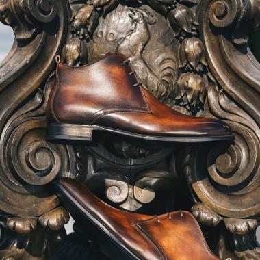 emling_chausseur Pour votre retour au bureau, craquez pour une patine et obtenez ainsi une paire unique. Que vous soyez classique, sophistiqué ou extravagant, notre maître patineur usera de son talent pour réaliser une paire à votre image !  #emling #chaussurespatinées #patinashoes #souliers #chaussures #elegantshoes #shoes #menshoes #shoemaker #menwithstyle
