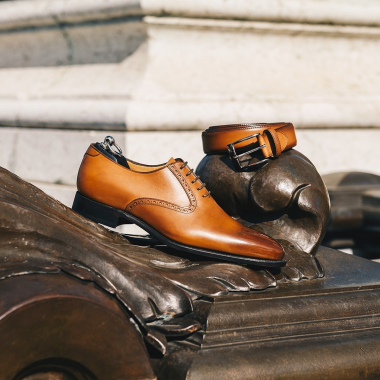 New York est richelieu dans l'air du temps. Son bout fleuri et ses découpes latérales apporteront une touche de fantaisie et du caractère à vos tenues. A porter en toutes circonstances ! Et pour une touche d'élégance, optez pour la ceinture gold.   #emling #menstyle #stylishmenswear #elegant #elegantshoes #leathershoesmen #dandyshoes #bestofmenstyle #classicshoes #menshoes #chaussures #souliers #urbanstyle #ceinturecuir #ceinturehomme