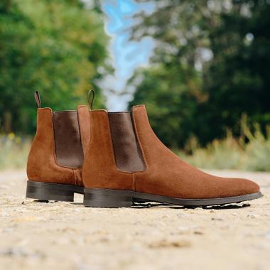 Toujours dans l'air du temps, la Chelsea Falco est une valeur sûre ! Facile à enfiler et à porter, elle vous assurera une allure élégante. Cette saison, elle est déclinée en chestnut et donnera un côté chaleureux à vos tenues. Un large choix vous est offert : veau velours noir, marine, marron foncé et cuir noir et marron foncé. A vous de choisir 😊  #emling #menstyle #stylishmenswear #elegant #elegantshoes #leathershoesmen #dandyshoes #bestofmenstyle #classicshoes #menshoes #chaussures #souliers #urbanstyle