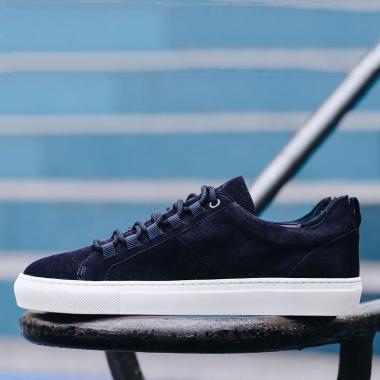 Juste bien dans mes baskets ! Devenue un incontournable du vestiaire masculin, la sneaker traverse les saisons avec style. Pensée pour un confort optimal, Paolo, dernière création de la Maison Emling, est proposée en veau velours marine et veau velours noisette. On aime tout particulièrement la touche originale apportée à ses œillets.  Découvrez ou redécouvrez la collection de sneakers sur l'eshop.   #emling #sneakeraddict #newsneakers #lifestyle #urbanstyle #instasneaker #menwithstyle #menstyle