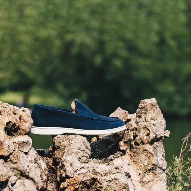 Idéal pour les grandes chaleurs, le mocassin Orio se porte avec ou sans chaussettes. Sa semelle gomme vous apportera confort et légèreté.  Découvrez le en boutiques et sur l'eshop et profitez des derniers jours des Ventes Privées (livraison offerte en France métropolitaine).   #emling #carshoes #drivingloafer #menswear #mensshoes #leather #suedeshoes
