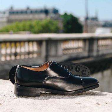 Les soldes continuent en boutiques et sur l'eshop (livraison offerte en France métropolitaine) !  Pour contrer la morosité, craquez pour Veysel. Ce richelieu à semelle gomme est idéal pour affronter les  météos capricieuses.   #emling #menstyle #stylishmenswear #elegant #elegantshoes #leathershoesmen #dandyshoes #bestofmenstyle #classicshoes #menshoes #chaussures #souliers #urbanstyle