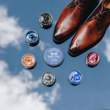 Pour les amateurs de beaux souliers qui ont craqué pour une paire patinée, vous pouvez l'entretenir grâce à de la crème ou du cirage de couleur!   La crème permettra aussi de nourrir vos souliers et le cirage de les protéger et de les lustrer.  N'hésitez pas à passer dans l'une de nos boutiques afin d'avoir des conseils personnalisés; nos équipes pourront répondre à toutes vos questions !   #emling #accessoires #shoecare #leather #shoeshine #cirage #bichonnage #entretienchaussures #entretiencuir #menwithstyle