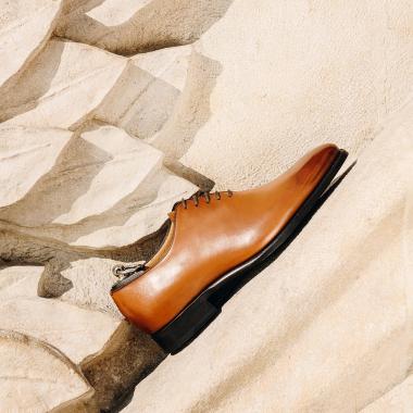 DARREN, richelieu one-cut iconique de la Maison, est fabriqué avec soin pour le plus grand plaisir des hommes épris d'authenticité, de confort et d'élégance. Son coloris marron gold, chaud et lumineux, apportera une touche d'originalité à votre tenue.  #dandy #emling #menstyle #chaussures #elegantshoes #richelieushoes #menshoestyle #classicshoes #modehomme #luxuryshoes #stylemen #dandy