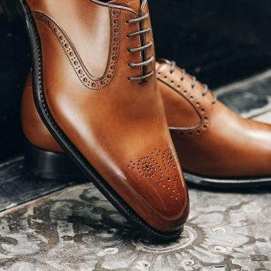 Aussi élégant avec un jean qu'avec un costume, le richelieu New York est dans l'air du temps. Son bout fleuri et ses découpes latérales apporteront une touche de fantaisie et du caractère à vos tenues.   #emling #menstyle #stylishmenswear #elegant #elegantshoes #leathershoesmen #dandyshoes #bestofmenstyle #classicshoes #menshoes #chaussures #souliers #urbanstyle