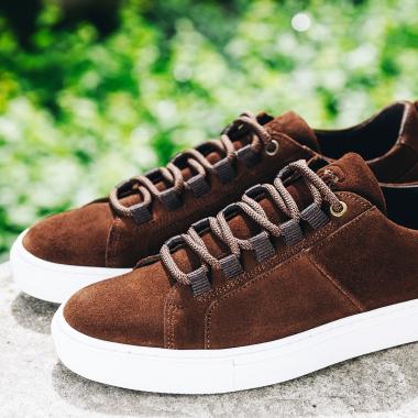 Ancrée dans l'air du temps, nos sneakers sont pensées pour vous offrir un confort optimal et une allure parfaite. Le modèle Paolo, décliné en noisette et en marine, sera votre indispensable de l'été.  Rendez-vous en boutiques et sur l'eshop pour le découvrir.   #emling #sneakeraddict #newsneakers #lifestyle #urbanstyle #instasneaker #menwithstyle #menstyle