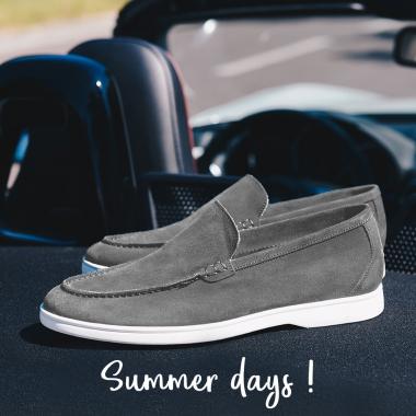 Nos slippers d'été s'invitent dans vos valises. Valeurs assurées pour passer un été les pieds nus dans des souliers au confort optimal. Ne tardez plus ! Destination SUMMER DAYS en boutiques et sur l'eshop pour profiter de remises exceptionnelles. La livraison est offerte en France métropolitaine.   #emling #menstyle #stylishmenswear #elegant #elegantshoes #leathershoesmen #dandyshoes #bestofmenstyle #classicshoes #menshoes #chaussures #souliers #urbanstyle #summerstyle