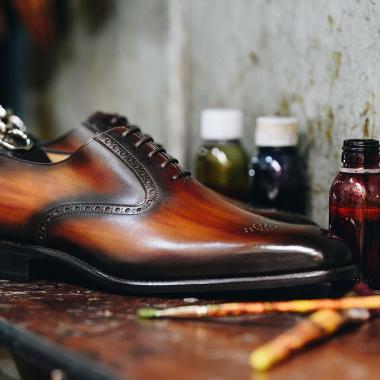 Il est essentiel de continuer à se faire plaisir ! Alors craquez pour une patine et obtenez ainsi une paire unique. Que vous soyez classique, sophistiqué ou extravagant, notre maître patineur usera de son talent pour réaliser une paire à votre image !  #emling #chaussurespatinées #patinashoes #souliers #chaussures #elegantshoes #shoes #menshoes #shoemaker #menwithstyle