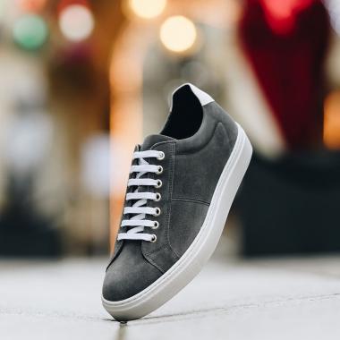 Entre décontraction sportive et élégance citadine, la basket s'impose dans le vestiaire masculin. Conçue par nos maîtres chausseurs et soumis aux mêmes critères de qualité et d'exigence que ceux de la chaussure, la basket Fioretto vous apportera un confort inégalable.   Rendez-vous en boutiques et sur l'eshop pour découvrir notre Offre Privilège sur une sélection de modèles jusqu'au 28 mars 2021.  #emling #sneakeraddict #newsneakers #lifestyle #urbanstyle #instasneaker #menwithstyle #menstyle