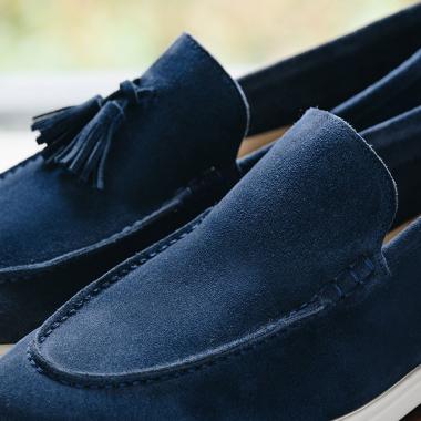 Avec ou sans pampilles, les mocassins Orio et Ovain jouent le double jeu du confort et du style.  Venez les découvrir en boutiques et sur l'eshop. #emling #carshoes #drivingloafer #menswear #mensshoes #leather #suedeshoes
