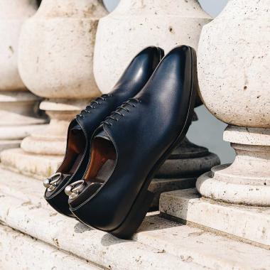 Les SOLDES continuent !  Focus sur le richelieu Harold, ce one cut doté d'un laçage à 6 œillets vous apportera un confort optimal.  On l'a imaginé dans plusieurs coloris pour assortir toutes vos tenues.   #emling #menstyle #stylishmenswear #elegant #elegantshoes #leathershoesmen #dandyshoes #bestofmenstyle #classicshoes #menshoes #chaussures #souliers #urbanstyle