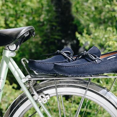 Profitez des jours WELCOME BACK et craquez pour Rosario. Ce mocassin en veau velours est idéal pour flâner sous le soleil.  L'offre est valable jusqu'au 31 mai 2021 en boutiques et sur l'eshop (livraison offerte en France métropolitaine).  #emling #menstyle #stylishmenswear #elegant #elegantshoes #leathershoesmen #dandyshoes #bestofmenstyle #classicshoes #menshoes #chaussures #souliers #urbanstyle