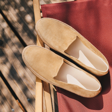 Commencez ou prolongez l'été tout en légèreté en chaussant Orazio ! Espadrille revisitée dans une version chic et tendance actuellement en summer days avec nos indispensables de l'été.  #emling #menstyle #stylishmenswear #elegant #elegantshoes #leathershoesmen #dandyshoes #bestofmenstyle #classicshoes #menshoes #chaussures #souliers #urbanstyle