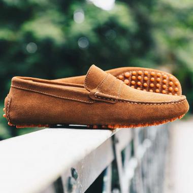 L'été est enfin là ! Nos mocassins Rio aux couleurs estivales s'invitent dans vos valises pour flâner en bord de mer. Foncez en boutiques et sur l'eshop (livraison offerte en France métropolitaine) et profitez de remises supplémentaires sur la ligne Urban Chic.  #emling #menstyle #stylishmenswear #elegant #elegantshoes #leathershoesmen #dandyshoes #bestofmenstyle #classicshoes #menshoes #chaussures #souliers #urbanstyle