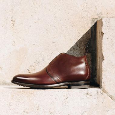 NILS, chukka boots iconique de la Maison, est appréciée pour sa ligne épurée. Son allure élégante et sa semelle gomme en font un modèle idéal pour la saison. Existe en cuir noir, cuir marron foncé et veau velours chestnut. ➡ Découvrez notre collection de bottines pour cette mi-saison sur notre Eshop ou dans nos magasins.   #emling #menshoes #menwithstyle #bootshomme #bottineshomme #shoesaddict #stylemen #elegants #bestofmenstyle #leathershoesmen #classicshoes #chukkaboots