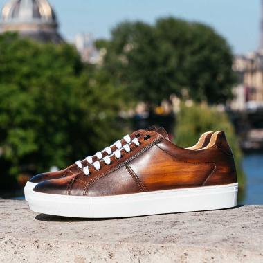 A la recherche d'une paire unique ? Craquez pour une sneaker personnalisée avec le coloris et l'effet de votre choix. Réalisée à la main par notre artisan patineur chaque patine est unique et apportera à votre allure une touche d'originalité.   #emling #chaussurespatinées #patinashoes #souliers #chaussures #elegantshoes #shoes #menshoes #shoemaker #menwithstyle