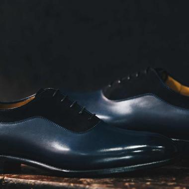 Zoom sur Otavio ! On aime sa ligne élégante et son mélange de cuir lisse et veau velours. Il existe en marron et en bleu. La team Emling a un faible pour le bleu marine. Et vous?   Notre Offre Privilège continue en boutiques et sur l'eshop, venez découvrir une sélection de modèles à prix doux.  #emling #menstyle #stylishmenswear #elegant #elegantshoes #leathershoesmen #dandyshoes #bestofmenstyle #classicshoes #menshoes #chaussures #souliers #urbanstyle