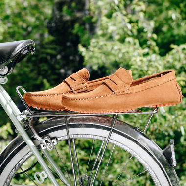 Les mocassins s'invitent dans votre dressing ! A porter avec ou sans chaussettes, la souplesse du chaussant et la douceur du veau velours vous apporteront un confort inégalable.   #emling #carshoes #drivingloafer #menswear #mensshoes #leather #suedeshoes