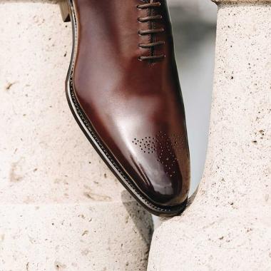 Chaque détail compte pour arborer une allure irréprochable. Classique avec une touche de fantaisie, Dylan se porte aussi bien pour aller au bureau que pour les grandes occasions. Il est décliné en noir et en marron, rendez-vous en boutiques et sur l'eshop pour le découvrir.    #emling #menstyle #stylishmenswear #elegant #elegantshoes #leathershoesmen #dandyshoes #bestofmenstyle #classicshoes #menshoes #chaussures #souliers #urbanstyle