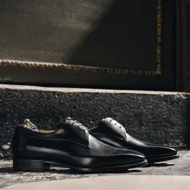 Compromis idéal entre chic et décontraction, le derby Ollan se porte en toute occasion.  Qui pourrait lui résister ? Derniers jours pour profiter de l'offre WELCOME BACK sur une sélection de modèles y compris sur Ollan.  Rendez-vous en boutiques et sur l'eshop !  #emling #menstyle #stylishmenswear #elegant #elegantshoes #leathershoesmen #dandyshoes #bestofmenstyle #classicshoes #menshoes #chaussures #souliers #urbanstyle