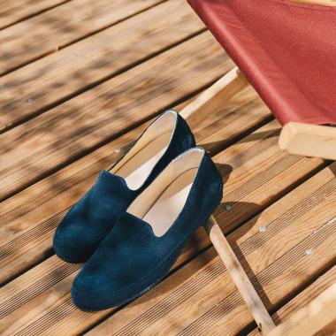 Escapade en bord de mer ou city break, chaussez Orazio ! Cette espadrille revisitée dans une version plus actuelle vous séduira par son confort et sa légèreté. Déclinée en bleu, jaune, marine, beige et brique, elle apportera une touche de couleur à votre tenue. Profitez de nos summer days pour acquérir une paire !  #emling #lifestyle #urbanstyle #instasneaker #menwithstyle #menstyle #stylemen #elegants #shoesaddict #bestofmenstyle #leathershoesmen #menshoes #mensespadrilles #suedeshoes #shoes #menswear