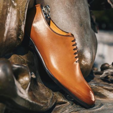Avec les souliers Harold, l'art de se chausser devient une fierté ! Une allure chic et décontractée, idéale pour les gentlemen en balade. Harold gold est l'une de nos pépites en Summer days. Ne tardez plus, il vous reste encore quelques jours pour le shopper !  #emling #menstyle #stylishmenswear #elegant #elegantshoes #leathershoesmen #dandyshoes #bestofmenstyle #classicshoes #menshoes #chaussures #souliers