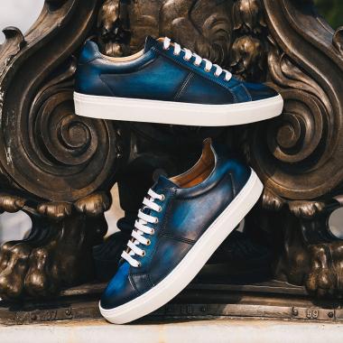 Nos sneakers continuent de s'imposer sur le bitume ! Pour plus d'élégance optez pour une paire à personnaliser. Découvrez ce service en boutiques.   #emling #chaussurespatinées #patinashoes #souliers #chaussures #elegantshoes #shoes #menshoes #shoemaker #menwithstyle