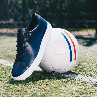 Pas de hors-jeu pour les sneakers ! On se démarque avec Livio. La team a une préférence pour le bleu, couleur de la soirée !   #emling #allezlesbleus #sneakeraddict #newsneakers #lifestyle #urbanstyle #instasneaker #menwithstyle #menstyle