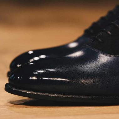 Zoom sur le richelieu Otavio.  On affectionne sa peausserie bi-matière qui souligne la ligne élancée de ce modèle. Décliné en bleu marine et en marron foncé, il apportera de l'allure à vos tenues. La livraison est actuellement offerte sur l'eshop en France métropolitaine !  #emling #menstyle #stylishmenswear #elegant #elegantshoes #leathershoesmen #dandyshoes #bestofmenstyle #classicshoes #menshoes #chaussures #souliers #urbanstyle