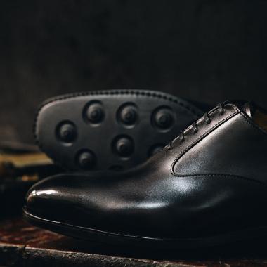 Retrouvez notre richelieu Nicolas sur l'eshop et en boutiques. Sa ligne sobre rehaussée par des découpes latérales et sa semelle gomme font de ce modèle un indispensable du dressing masculin.   #emling #menstyle #stylishmenswear #elegant #elegantshoes #leathershoesmen #dandyshoes #bestofmenstyle #classicshoes #menshoes #chaussures #souliers #urbanstyle