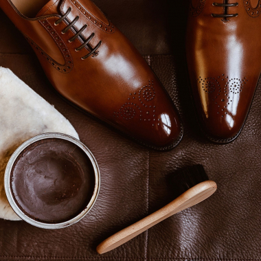 Joyeuses Pâques  L'heure de l'entretien a sonné ! Pour toutes commandes passées avant mardi 6 avril 2021, nous vous offrons les produits d'entretien adaptés. De plus, la livraison est offerte en France métropolitaine !  Alors foncez sur l'eshop pour shopper vos modèles préférés.  #emling #menstyle #stylishmenswear #elegant #elegantshoes #leathershoesmen #dandyshoes #bestofmenstyle #classicshoes #menshoes #chaussures #souliers #urbanstyle