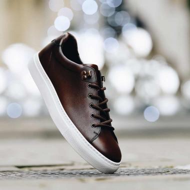 Zoom sur nos sneakers Livio ! Elles jouent le double jeu du style et du confort. La patine apporte caractère à la couleur marron et nuance l'allure sportive du modèle.  Venez le découvrir en boutiques et sur l'eshop.   #emling #sneakeraddict #newsneakers #lifestyle #urbanstyle #instasneaker #menwithstyle #menstyle