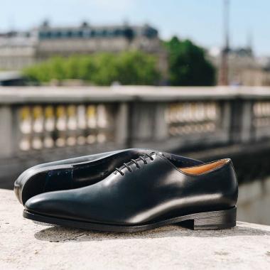 Des SOLDES pour ensoleiller vos journées d'été !  A porter aussi bien pour les grandes occasions que pour aller au bureau, le richelieu Paco est un intemporel indispensable au vestiaire de ces messieurs. Actuellement disponible en boutiques et sur l'eshop (livraison offerte en France métropolitaine).  #emling #menstyle #stylishmenswear #elegant #elegantshoes #leathershoesmen #dandyshoes #bestofmenstyle #classicshoes #menshoes #chaussures #souliers #urbanstyle